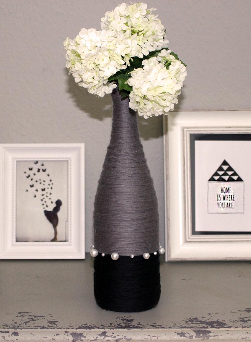 Vase aus Weinflasche mit Wolle