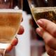 zwei Personen stoßen mit Champagner an
